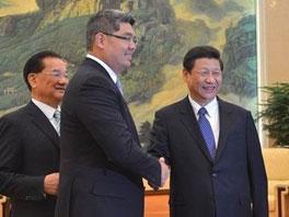 中共中央总书记习近平在北京人民大会堂会见中国国民党荣誉主席连战。习近平与连战之子连胜文握手。