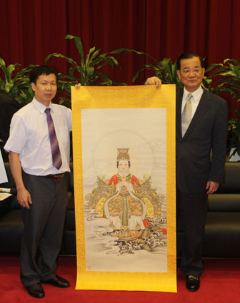 杨子艺代表艺术界向连主席赠送妈祖神像