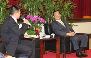 漳州连氏会长 江东大酒店总经理连惠南向连主席汇报工作