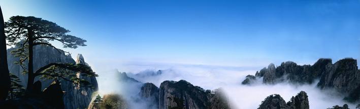 松姿万态迎客至,流泉百丈似飞瀑。奇松怪石雄险峻,美胜妙幻皆云雾。