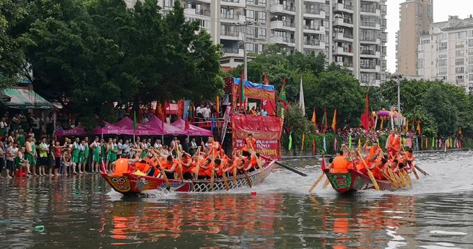小桥流水浦港深,端午佳节夏雨坠;每年一度龙舟会,屈原欣喜乐忘归。